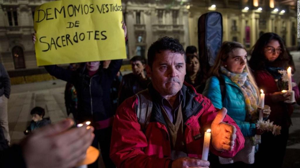 """Un manifestante sostiene una pancarta que dice """"Demonios disfrazados de sacerdotes"""" durante una protesta contra el escándalo de abuso sexual en Santiago de Chile. (Crédito: MARTIN BERNETTI/AFP/Getty Images)"""