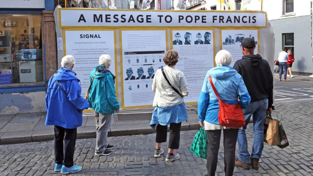 Una instalación en Dublín titulada 'Un mensaje para el papa Francisco' de cara a la visita del pontífice a Irlanda. (Crédito: Niall Carson/PA Images via Getty Images)