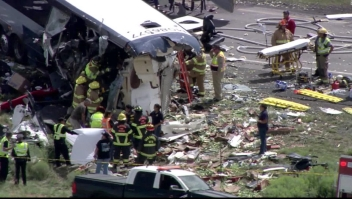 Choque entre camión y autobús deja varios muertos