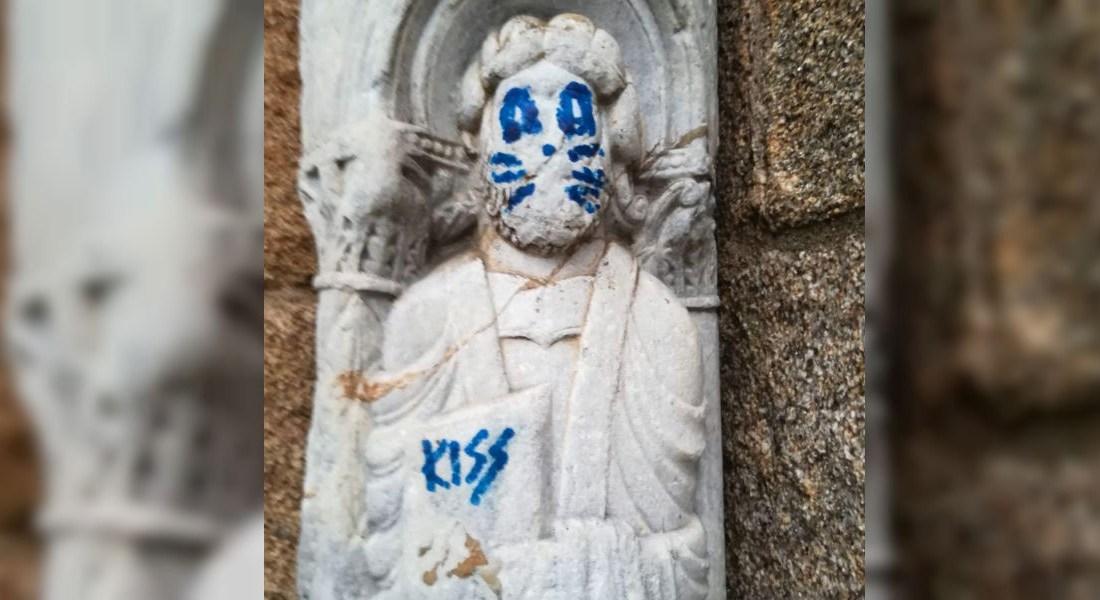 Una figura del siglo XII fue vandalizada en la noche del lunes en Santiago de Compostela, al norte de España. (Crédito: Concello de Santiago/Twitter).