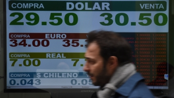 Tasas de cambio el 13de agosto en Argentina. (Crédito: EITAN ABRAMOVICH/AFP/Getty Images)