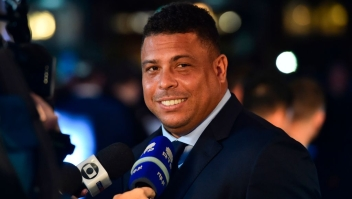 Brazil's former player Ronaldo Luis Nazario de Lima gives an interview as he arrives for The Best FIFA Football Awards ceremony, on October 23, 2017 in London. / AFP PHOTO / Glyn KIRK (Photo credit should read GLYN KIRK/AFP/Getty Images)