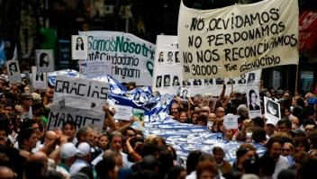 Cerca de 30.000 personas desaparecieron luego de ser arrestadas durante el régimen militar derechista que gobernó Argentina entre 1976 y 1983, según organizaciones de Derechos Humanos. Muchos de los secuestrados fueron acusados de ser simpatizantes de la izquierda o considerados subversivos por el régimen. En la imagen, manifestaciones en marzo de 2018 para no olvidar a los desaparecidos. (Crédito: EITAN ABRAMOVICH/AFP/Getty Images)