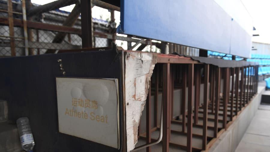 Dilapidada: el área de asientos de los atletas dentro del estadio de voleibol de playa construido para los Juegos está cada vez en peor estado.