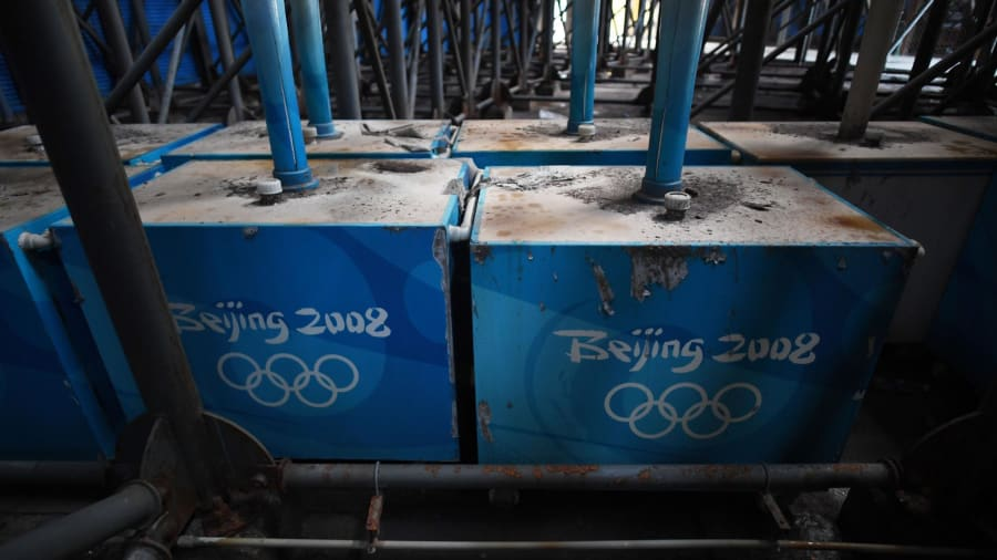 Aficionados olvidados: los refrigeradores para fanáticos se muestran debajo de la tribuna del estadio de voleibol de playa construido para los Juegos Olímpicos de Beijing 2008.