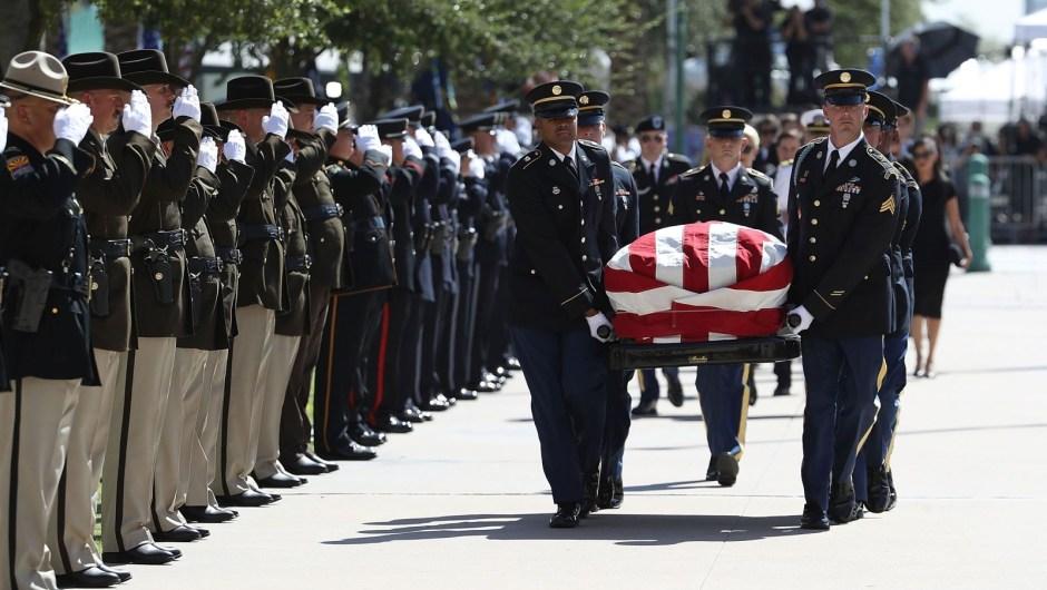 El ataúd de McCain es llevado al Capitolio del estado de Arizona. Justin Sullivan / Getty Images