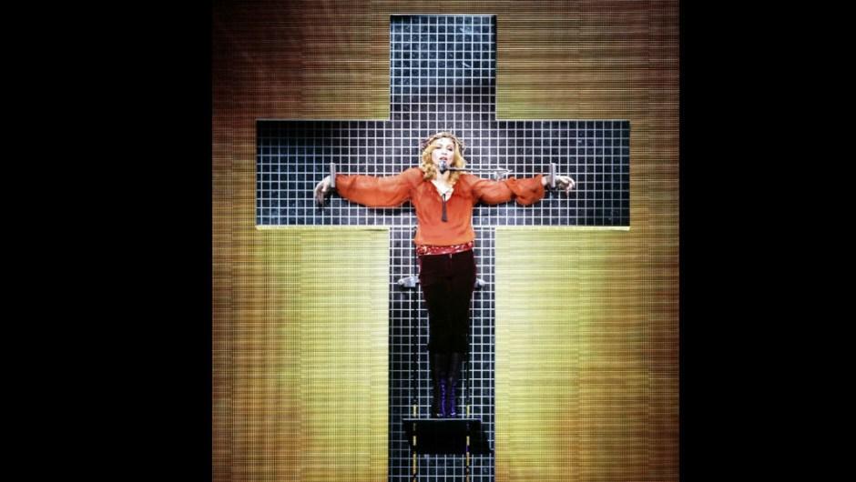 """Aún así, siguió con el tema del catolicismo. En su tributo más literal a Jesucristo, cantó la balada de 1986 """"Live to Tell"""" mientras la crucificaban en una cruz de disco para su Confessions Tour 2006. De nuevo enojó a la Iglesia Católica, así como a la Iglesia de Inglaterra. """"No creo que Jesús esté enojado conmigo y el mensaje que estoy tratando de enviar"""", le dijo Madonna al Daily News sobre el incidente."""