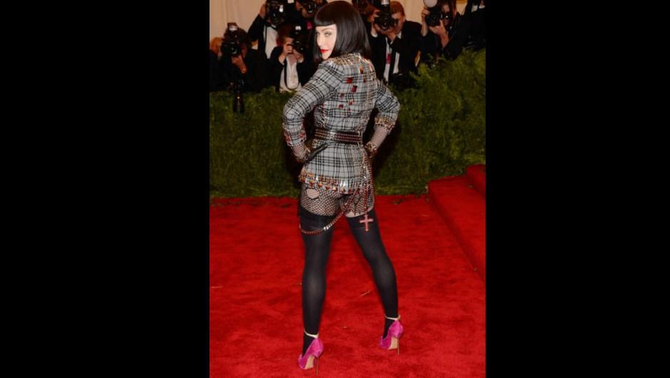 """Argumentamos que la apariencia de Ciccone para la Met Gala de 2013 (""""Punk: Chaos to Couture""""), un impresionante conjunto de Givenchy de Riccardo Tisci, fue lo más inspirado Y, oh, mira! ¡Una forma completamente nueva de rockear una cruz!"""