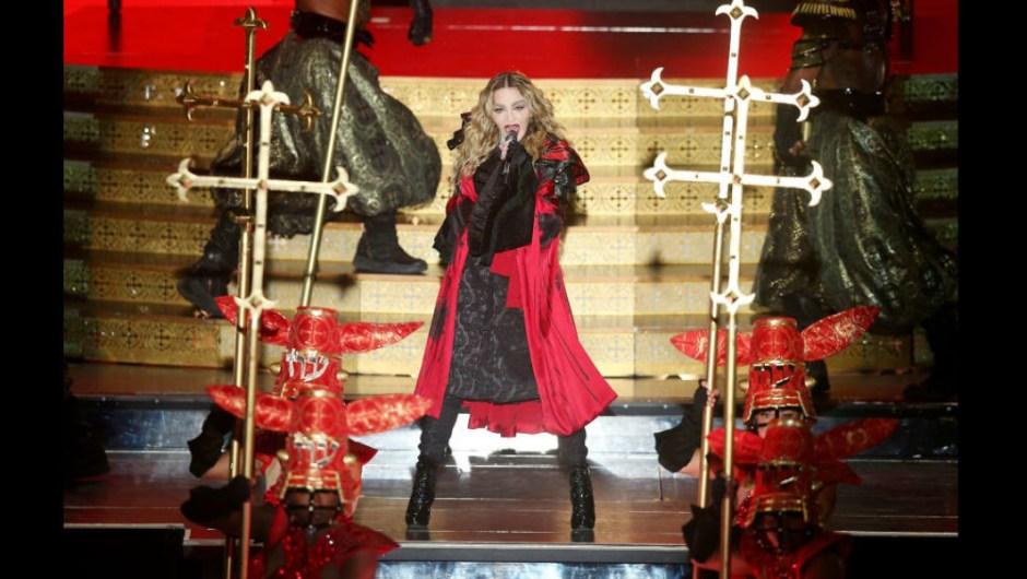 """Su Rebel Heart Tour 2015-2016 incluyó este kimono rojo diseñado por Arianne Phillips para la parte francamente medieval de apertura del espectáculo, donde Madge y bailarines blandieron (¡sorpresa!) enormes crucifijos como armas. """"Me gustan las cruces"""", le dijo a Rolling Stone en 2015. """"Soy sentimental sobre Jesús en la cruz. Jesús era judío, y también creo que fue un catalizador, y creo que ofendió a la gente porque su mensaje era amar su vecino como a to mismo, en otras palabras, nadie es mejor que otra persona. Abrazó a todas las personas, ya fuera un mendigo en la calle o una prostituta, y amonestó a un grupo de judíos que no estaban observando a los profetas de la Torá. Así que agitó muchas jaulas de personas""""."""