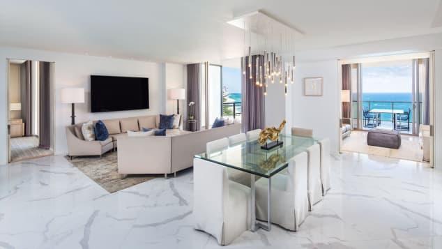 La marca St Regis es la número 10 en la lista. En la foto: St Regis Bal Harbour Resort en Miami, Florida.