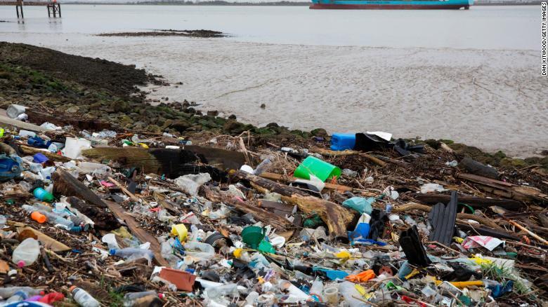 Plásticos y otros desechos se alinean a orillas del estuario del Támesis en Cliffe, Kent, Reino Unido.