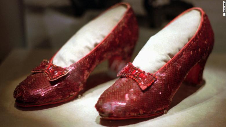 """Uno de los varios pares de zapatos de rubí usados por Judy Garland en la película de 1939 """"El mago de Oz"""" en exhibición durante la exposición itinerante """"America's Smithsonian"""" en Kansas City, Missouri."""
