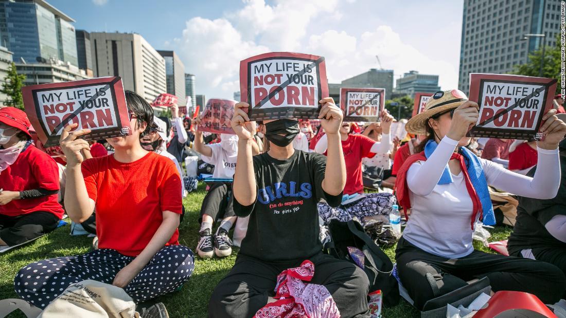 Miles de mujeres se manifiestan en Seúl contra las grabaciones ilegales en baños públicos o incluso sus hogares.