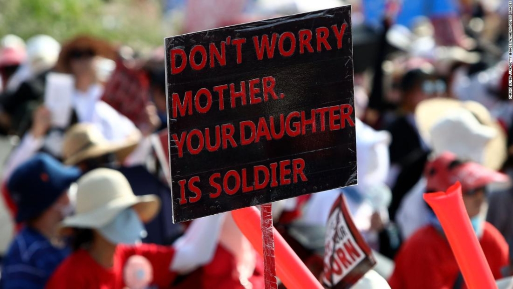 """""""No te preocupes, madre, tu hija es una soldado"""", se lee en un letrero en una manifestación en el centro de Seúl el 4 de agosto. Se esperan más protestas este mes."""