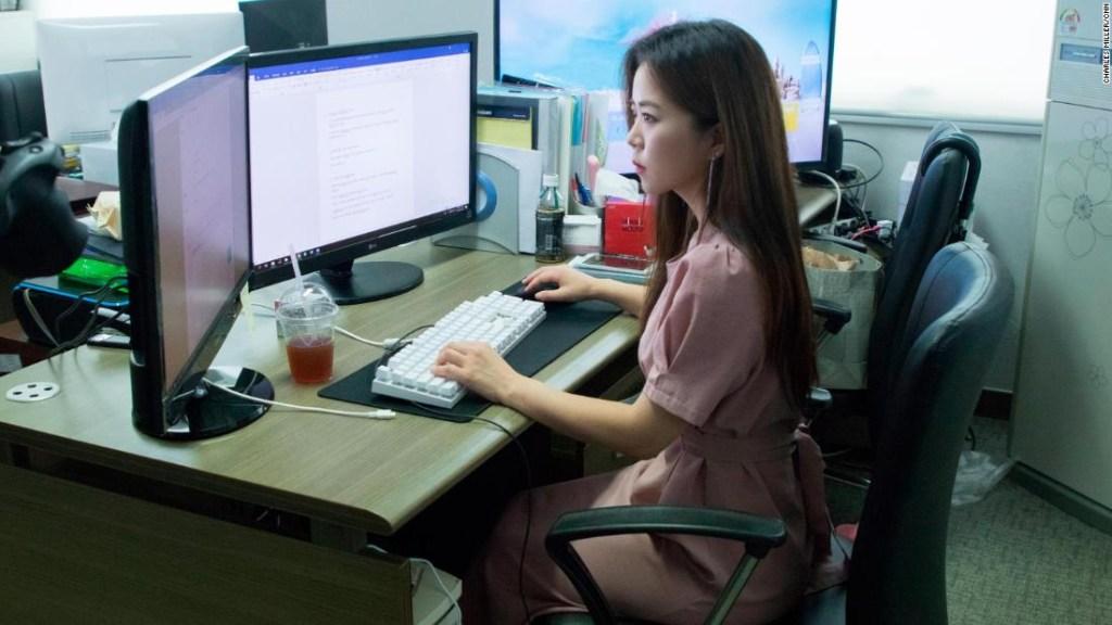 """Lee Ji-soo trabaja como un """"enterrador digital"""", ayudando a las víctimas a eliminar fotos y videos ilegales de Internet."""