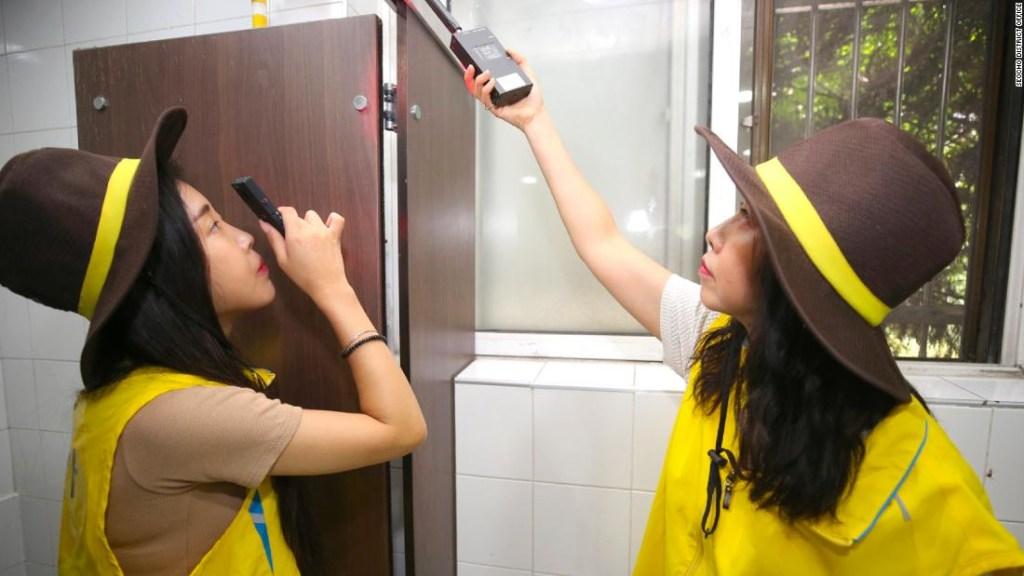 Las mujeres jefas de seguridad inspeccionan un baño en Seocho, un distrito de Seúl. La capital de Corea del Sur anunció recientemente planes para realizar patrullas diarias de baños para localizar cámaras ocultas.