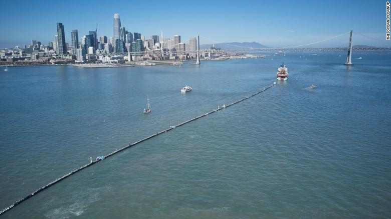 Un barco remolca el Ocean Cleanup System 001 desde San Francisco el sábado.
