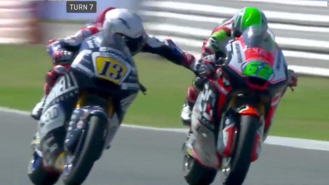 Piloto Romano Fenati frena la moto de un rival a 200 kph