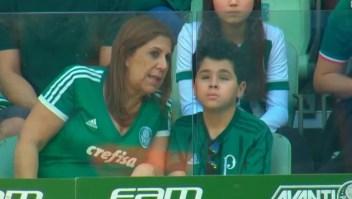 Una madre narra partido de fútbol a su hijo ciego