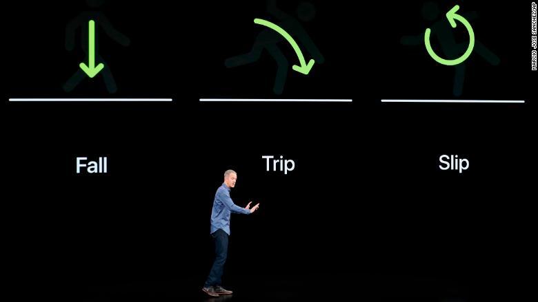 Jeff Williams, director de operaciones de Apple, habla sobre el Apple Watch Series 4 en el Teatro Steve Jobs durante el evento para anunciar nuevos productos de Apple.