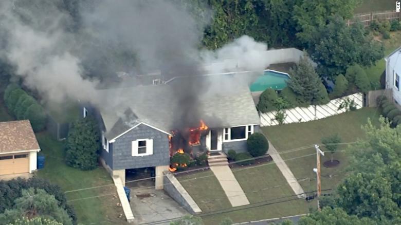 Una casa se incendia el jueves en el noreste de Massachusetts, al norte de Boston.
