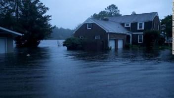 El río Trent desborda sus orillas e inunda un vecindario durante el huracán Florence en River Bend, Carolina del Norte, el jueves.