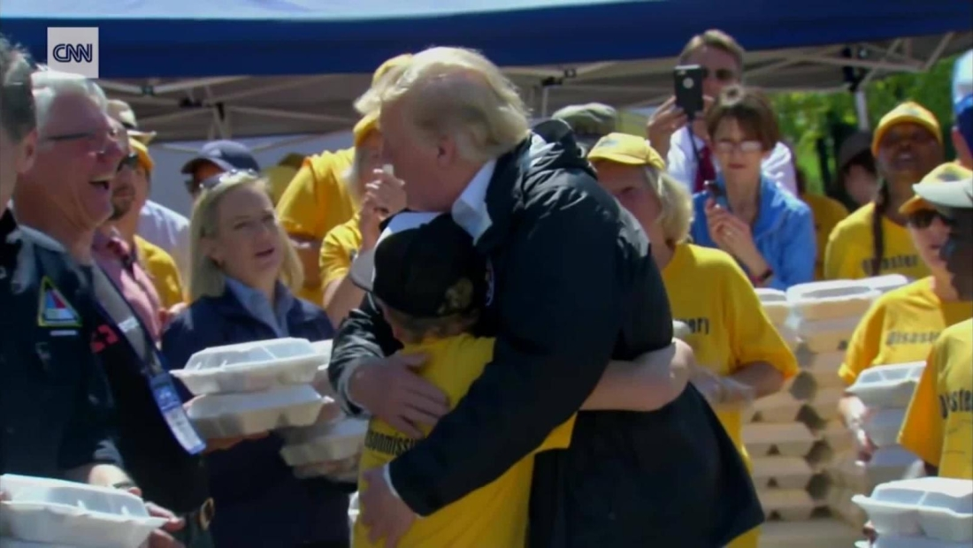 Mira el momento en el que un niño le pide a Trump que lo abrace