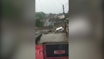 Desbordamiento de un río en México afecta a autos, casas y personas