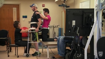 Paciente discapacitado logra caminar gracias a la ciencia