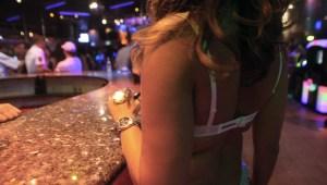 Imagen de archivo de una prostituta en un club en España. (Crédito: RAYMOND ROIG/AFP/Getty Images)