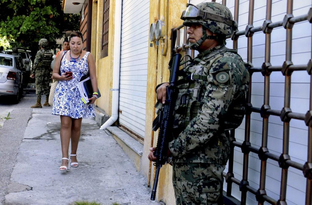 Un miembro del Ejército de México durante el operativo para tomar el control de la Policía de Acapulco, en Guerrero. (Crédito: FRANCISCO ROBLES/AFP/Getty Images)