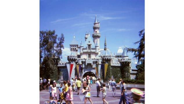 Cápsula del tiempo: Larry Syverson, de 69 años, redescubrió recientemente sus fotografías de un viaje a Disneyland que realizó en 1969 mientras estaba en la universidad con su futura esposa Judy.