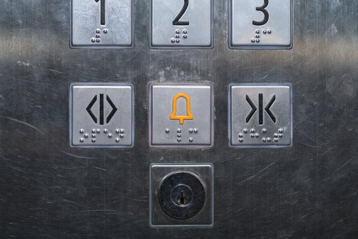 Botones encontrados en los ascensores. (Crédito: praphab louilarpprasert / Shutterstock)