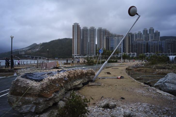 Los escombros causados por el tifón Mangkhut se observan fuera de una urbanización en el paseo marítimo de Hong Kong, el lunes 17 de septiembre de 2018. (Crédito: AP Photo / Vincent Yu)