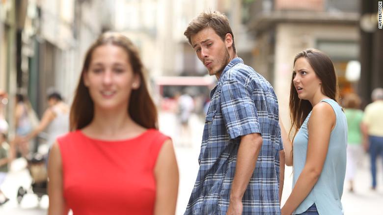"""Esta foto de stock de un """"novio distraído"""", que ha estimulado numerosos memes de Internet, fue considerada sexista por el organismo de control publicitario sueco."""