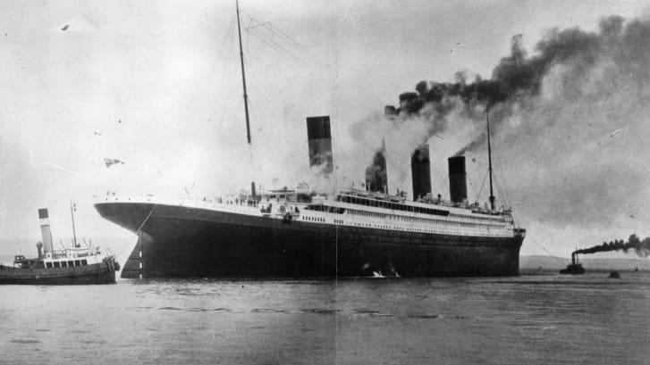 El Titanic chocó contra un iceberg poco antes de la medianoche del 14 de abril de 1912, y se hundió temprano al día siguiente. (Crédito: Topical Press Agency / Getty Images)
