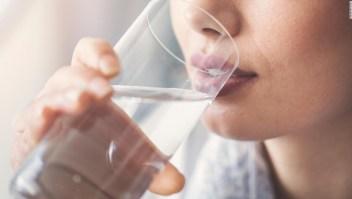 Mujer bebe agua