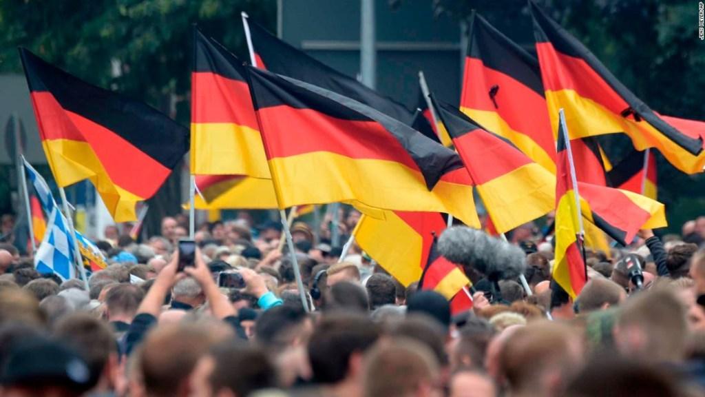 Manifestación con banderas de Alemania en Chemnitz, al este del país. (Crédito: AP Photo/Jens Meyer)