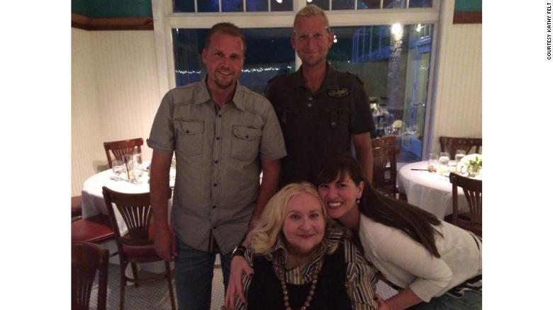 Kathy con sus dos hijos, Todd, a la izquierda, y Chad, y una prima.