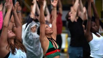¿Cómo se mezclan el empoderamiento femenino y el yoga?