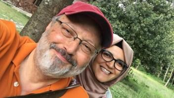 El periodista saudí Jamal Khashoggi con su prometida Hatice Cengiz