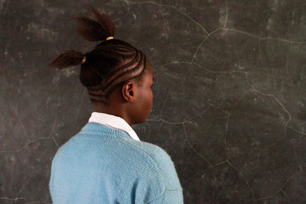 Elifuraha tenía 16 años cuando quedó embarazada. Intentó ocultar sus náuseas matutinas en la escuela, culpando a la malaria.