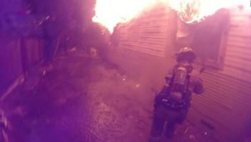 Bomberos salvan a hombre de las llamas