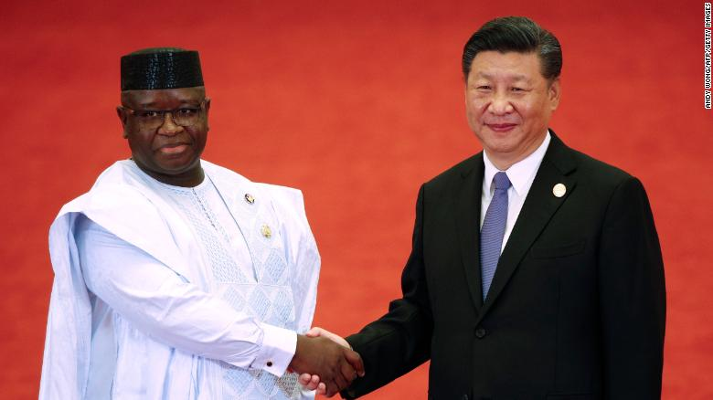 El presidente de Sierra Leona, Julius Maada Bio, le da la mano al presidente de China, Xi Jinping, durante el Foro sobre Cooperación China-África en el Gran Palacio del Pueblo en Beijing el 3 de septiembre de 2018.
