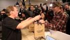 Consumidores hacen filas para comprar marihuana en Canadá