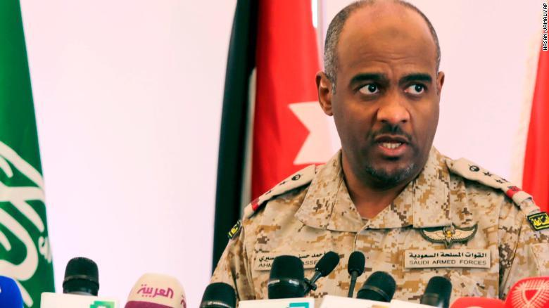Ahmed Asiri informa a los periodistas sobre los ataques de la coalición liderada por los saudíes contra los rebeldes hutíes en Yemen, durante una conferencia de prensa en Riyadh, Arabia Saudita, el sábado 18 de abril de 2015.