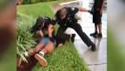 Video muestra a un policía golpeando a una adolescente de 14 años