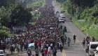Caravana de migrantes sigue su caminata con penurias