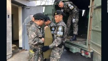 Soldados retiran armas de la frontera entre las dos Coreas.