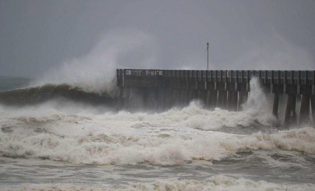 Las olas golpean un muelle en Panama City Beach, Florida, el 10 de octubre de 2018. Crédito: Joe Raedle / Getty Images.